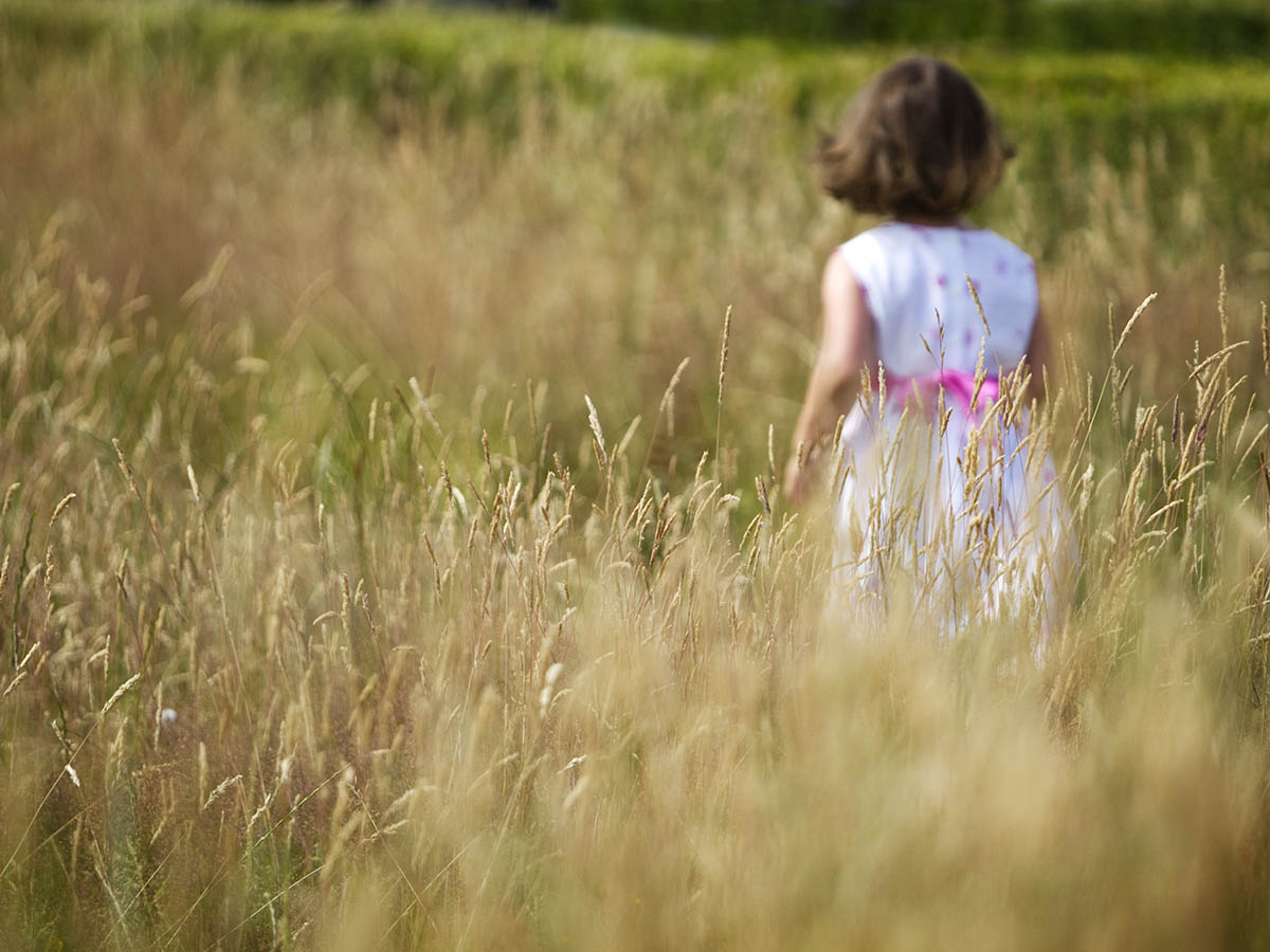 Family-photography-Girl-in-Field