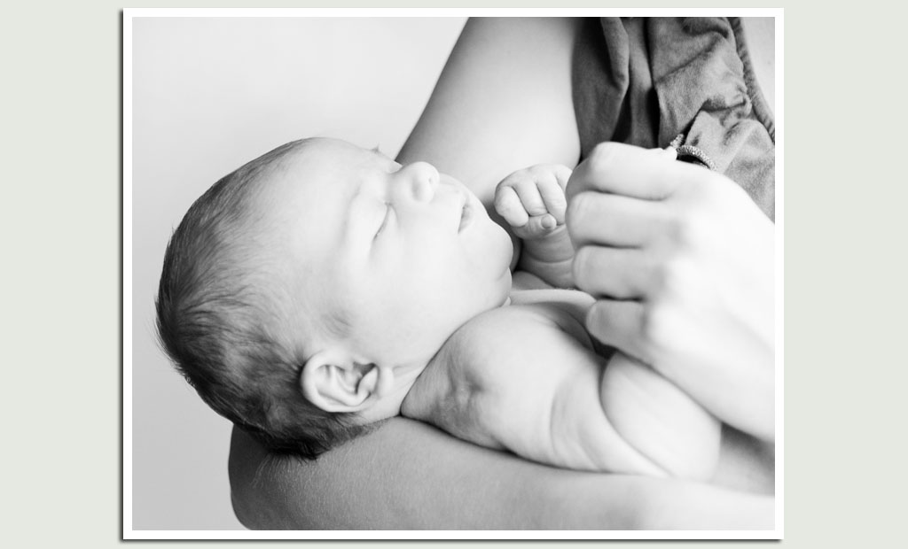 newborn-baby-photography-with-mum