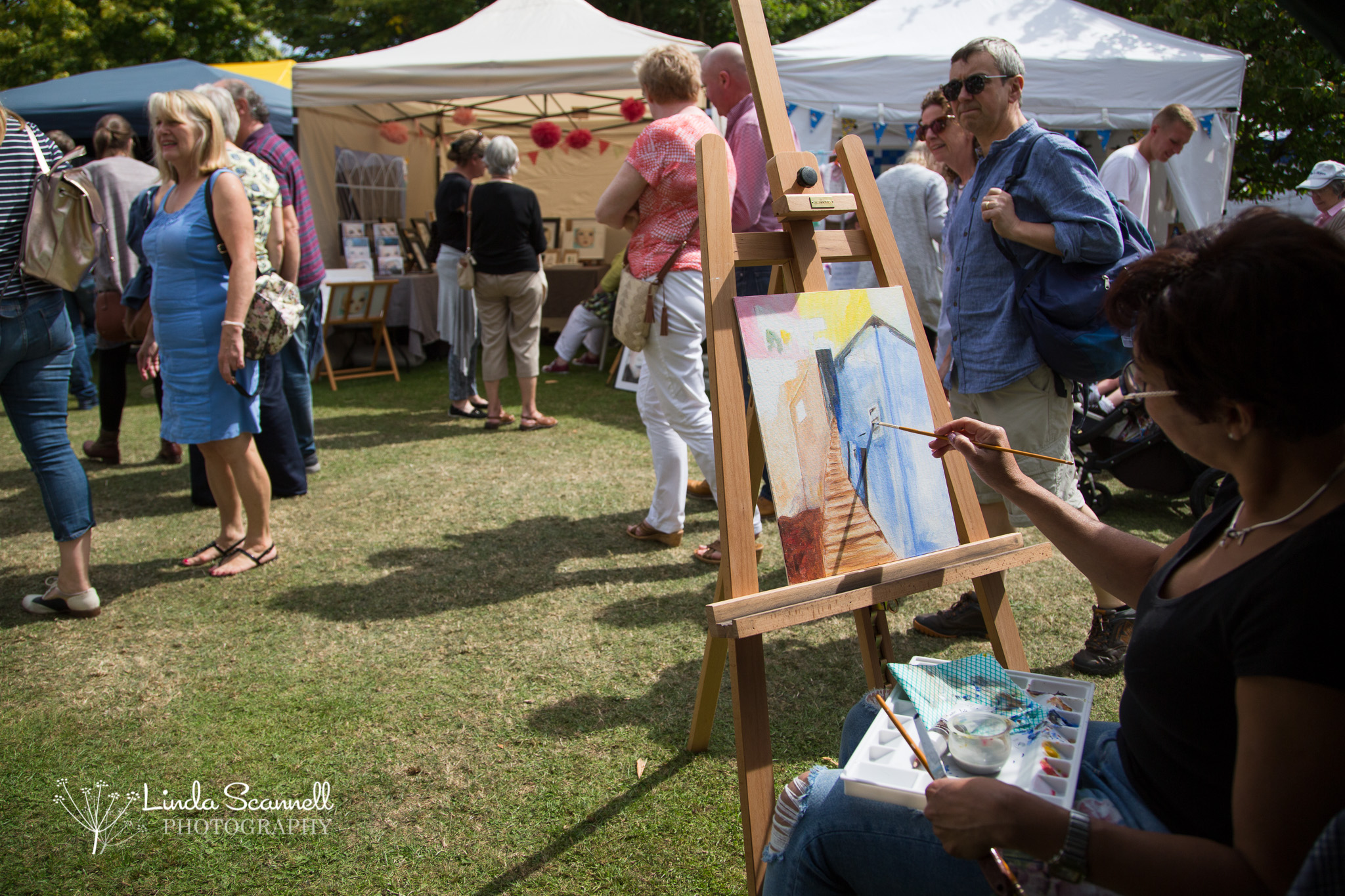 Artist Sueli Moreton, demonstrating her skills at Art in the Park 2017 | Leamington Spa, Warwickshire